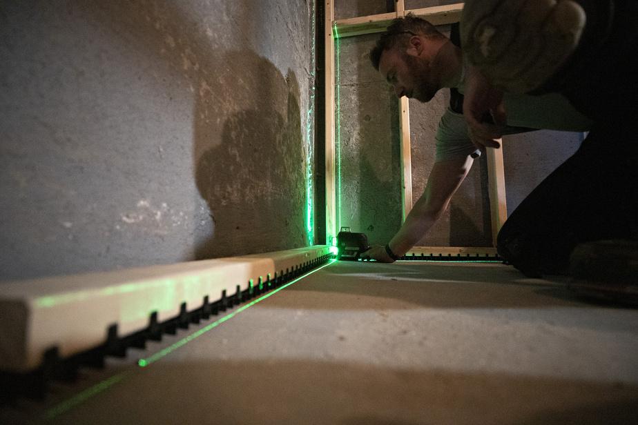 La lisse ventilée Teksill s'installe aisément sous les structures des murs en «2X4» et les surélèvent de trois quarts de pouce, les empêchant de toucher au plancher de béton.