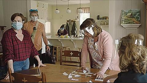 Dans les décors intérieurs, les comédiens répètent leurs scènes avec masques et visières.