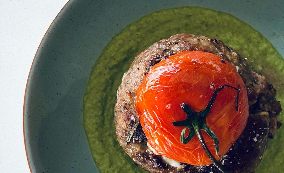 Boulette de cerf, tomate farcie de fondue au fromage, coulis de courgette verte au gin et basilic