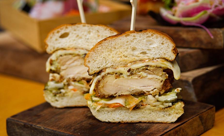 Très populaire, le sandwich KokoSando est fait d'un poulet croustillant panko-tempura préalablement mariné 24heures dans le saké.