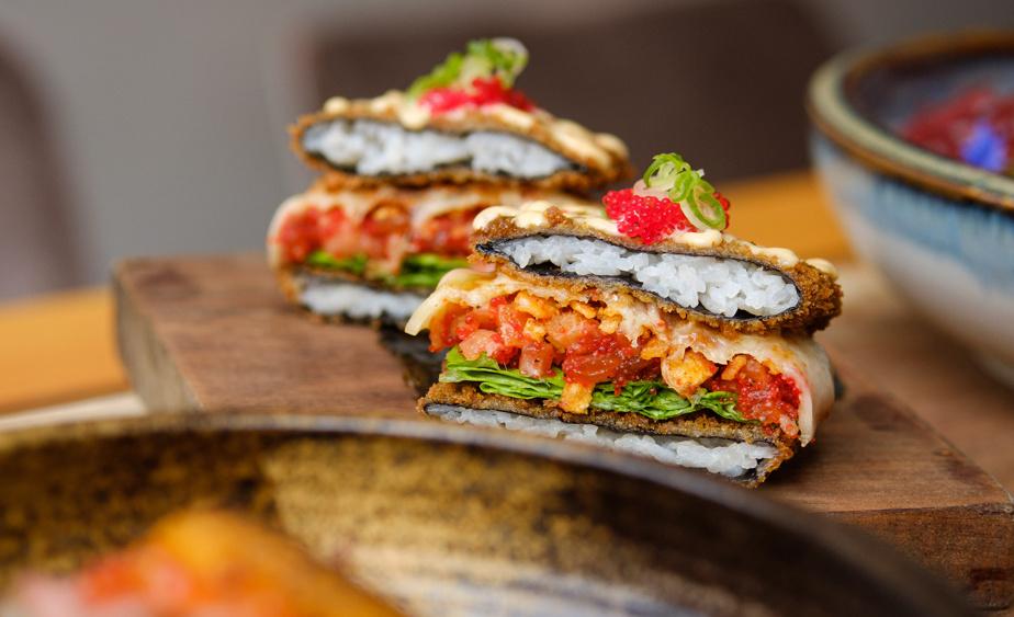 Le SomoSando est une variation autour du sandwich Sando, mais avec des galettes de riz panko qui servent de pain, avec à l'intérieur saumon frais et fumé, algue nori, tobiko, laitue, provolone et sauce teriyaki maison.