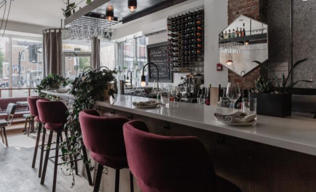 «On tenait à ce que les chaises du bar soient confortables», souligne Charlie Abran Fréchette.