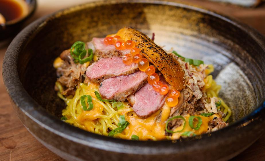 Le plat de nouilles mazeren, avec du canard de Canard du village, des nouilles ramen maison et une bisque de homard à l'huile de sésame