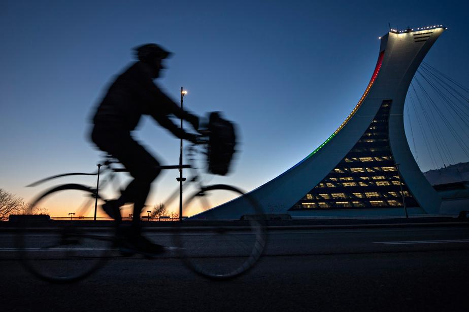 6h7: les premières lueurs du soleil naissent à l'est de la ville. Près du Stade olympique, un cycliste file sur la voie libre.