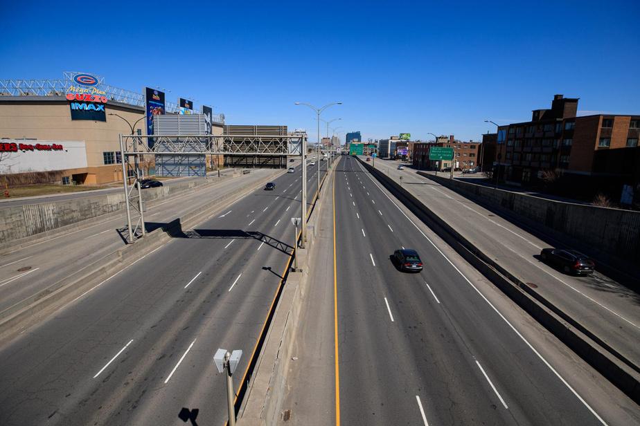12h7: à l'échangeur des autoroutes40 et 15, quelques rares voitures roulent sous le soleil de midi.