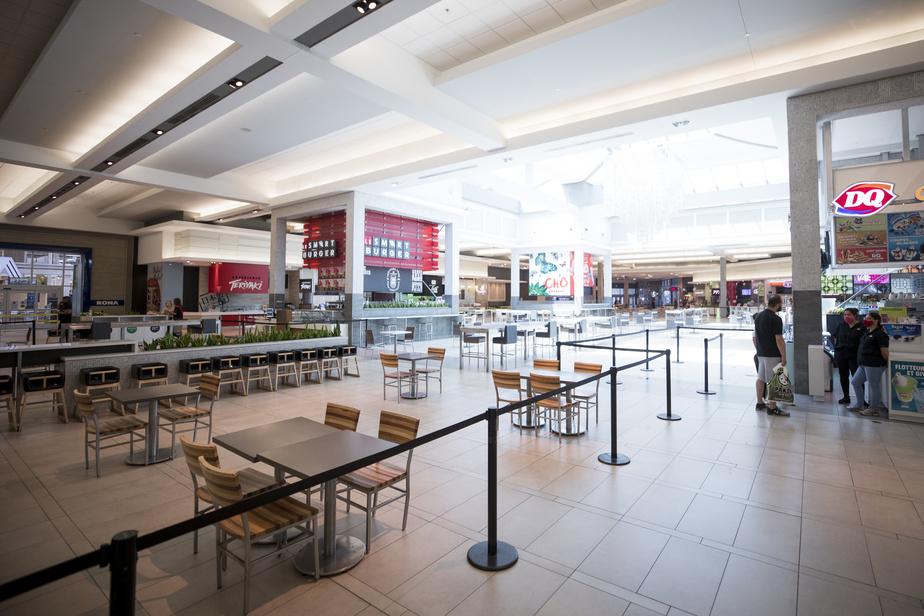 Vide de clients, l'imposante aire de restauration du Carrefour Laval offre une image particulière. Dès lundi, il sera possible d'y casser la croûte. Une table sur deux a été enlevée pour faciliter le respect des fameux deuxmètres.