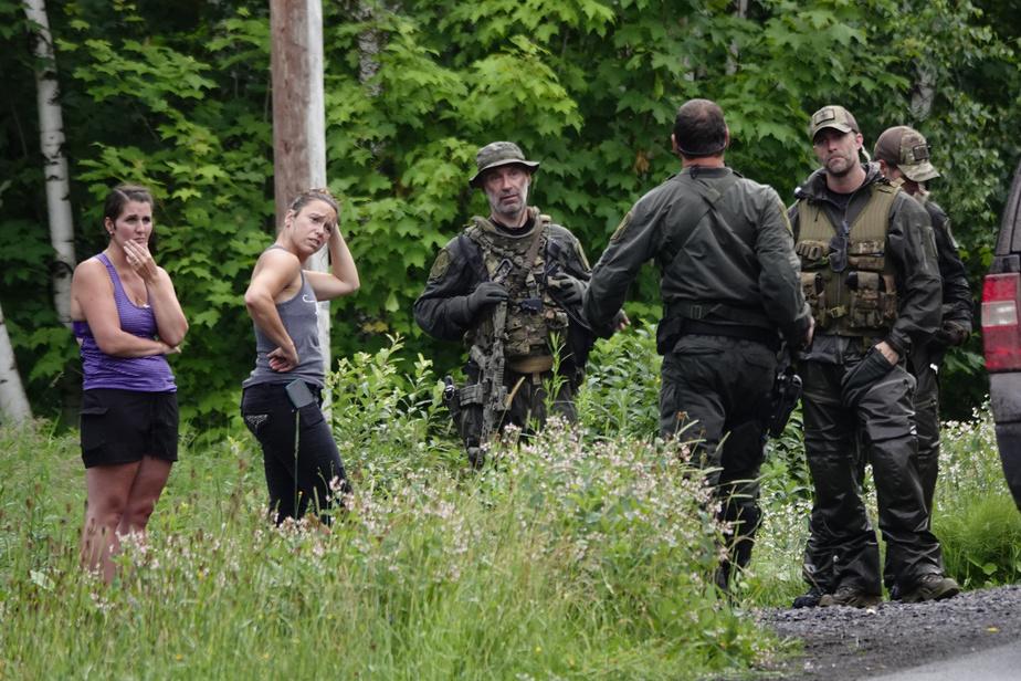 Sur le rang Bois-Joly, des résidantes discutent avec des policiers de la Sûreté du Québec lors des recherches pour retrouver MartinCarpentier