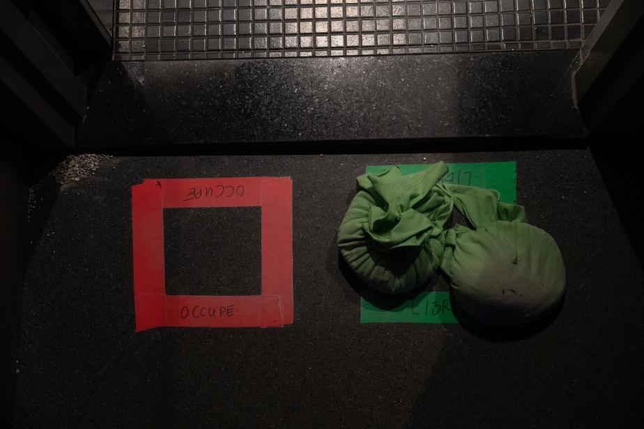 L'Équipe Spectra ne lésine pas sur les mesures sanitaires. Un système de poches permet d'assurer qu'une seule personne à la fois occupe les toilettes. Ingénieux!
