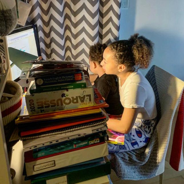 «Mon frère est souvent dans ma chambre quand je fais mes devoirs, dit Djélahni. Il est intéressé par mes livres, il regarde ce que j'écris. Il veut taper sur le clavier et écrire.» Le confinement a eu pour effet de rapprocher Djélahni de son petit frère, âgé de 2ans. «Pour moi, c'est positif, indique-t-elle. En temps normal, je ne le vois pas de la journée, juste pour souper.»
