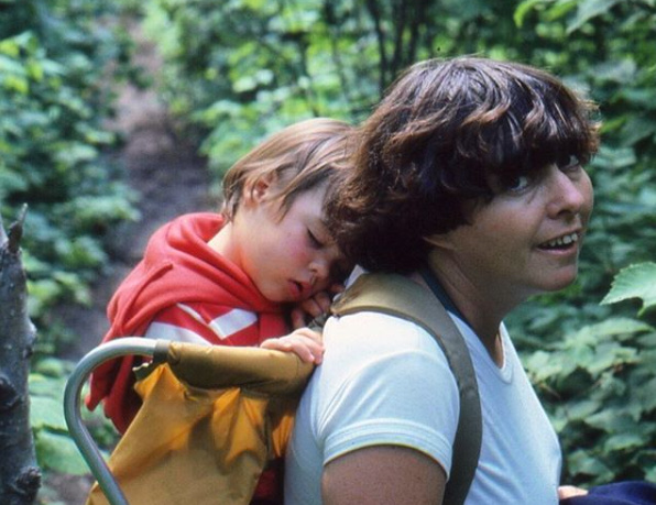 Ariane Moffatt a publié sur Instagram ce souvenir d'elle enfant «sur le dos de maman Marie probablement à Pohénégamook quelque part pendant l'été1980».