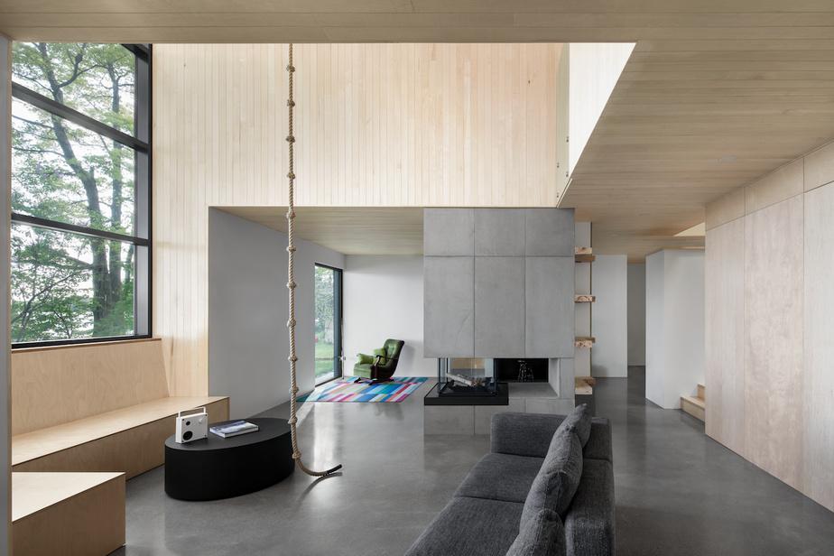 Vue des deux salons: au fond, celui plus privé, qui donne sur une grande fenêtre contemplative; à l'avant-plan, le lieu de rassemblement pour les occasions sociales, adjacent à la salle à manger.