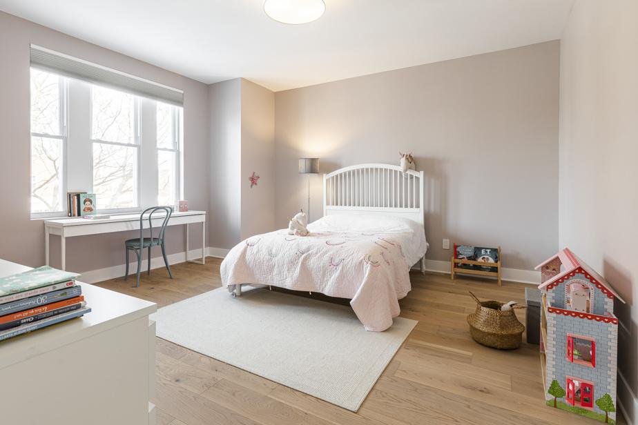 La chambre de la jeune fille a été décorée dans une palette de rose très pâle répondant à ses goûts. Elle possède un grand walk-in, à l'instar de toutes les chambres, pour ranger aisément toutes ses affaires.