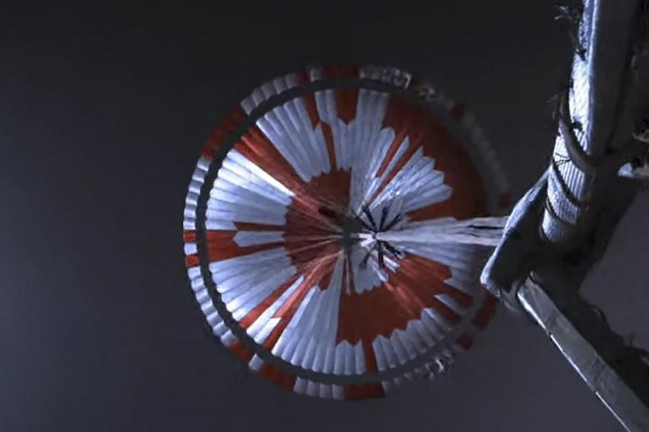 Le parachute attaché à l'astromobile Perseverance lors de son atterrissage