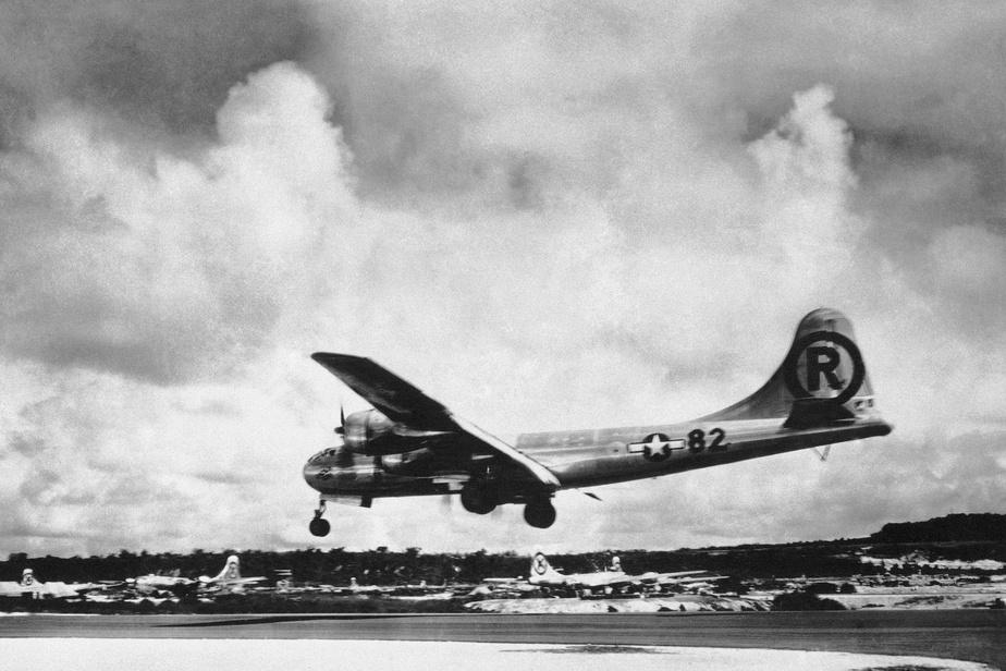 Enola Gay, l'avion qui a largué la bombe sur Hiroshima, photographié lors de son atterrissage le 6août1945