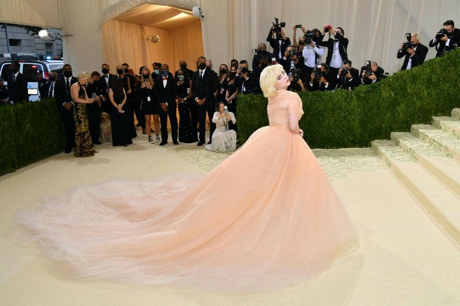 La chanteuse Billie Eilish porte une somptueuse robe signée Oscar de la Renta, inspirée du glamour hollywoodien. Les références pour la création de cette robe: Grace Kelly et Marilyn Monroe.