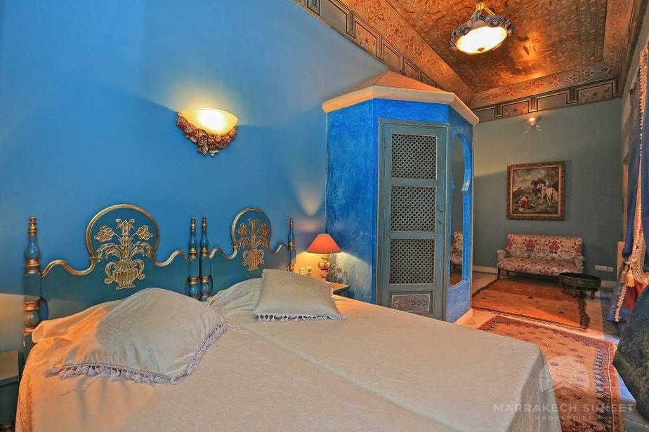 Le bleu s'invite dans la partie, aux côtés de tapis et de plafonds richement décorés.