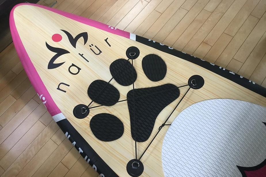 On adore ce tapis antidérapant pour chiens commercialisé par natürSUP, une entreprise de Lanaudière. En mousse EVA, il se colle sur la planche. Son nom? Le Patte Thaï! Son prix: 75$.