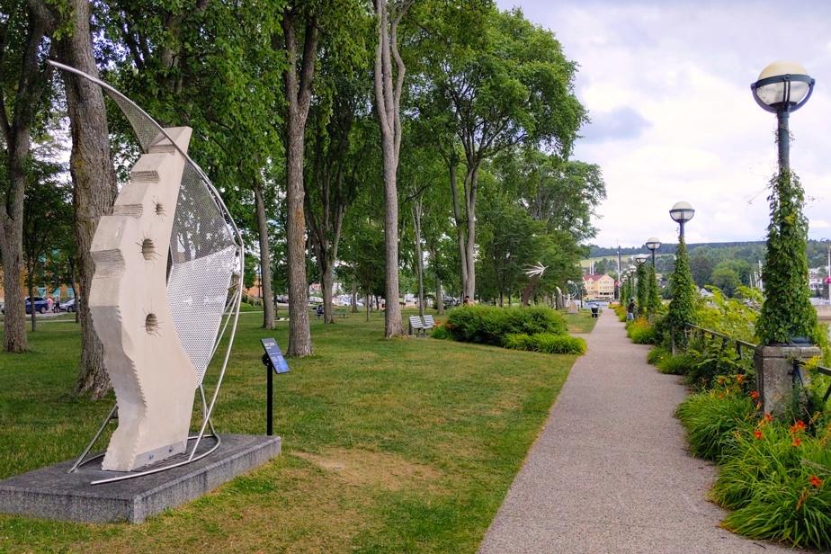 Le parc des Vétérans et le centre-ville de Lac-Mégantic sont décorés de pas moins de 48 sculptures, réalisées à l'occasion de trois symposiums tenus ici en 2014 et 2015. Elles sont l'œuvre de sculpteurs professionnels réunis autour du thème Le Marcheur des étoiles, en référence à la Réserve internationale de ciel étoilé, mais aussi pour rappeler la première présence autochtone dans la région, il y a 12000 ans.
