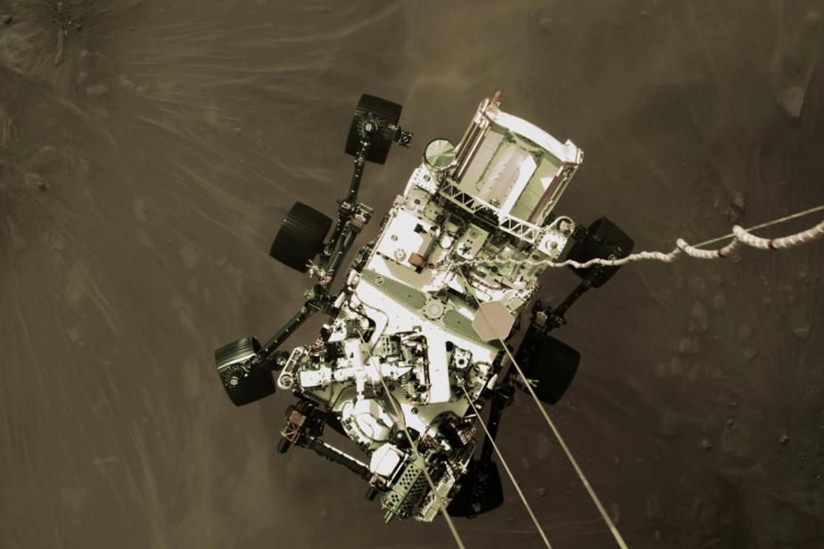 L'astromobile Perseverance en plein amarsissage. L'image a été captée par la plateforme de descente.