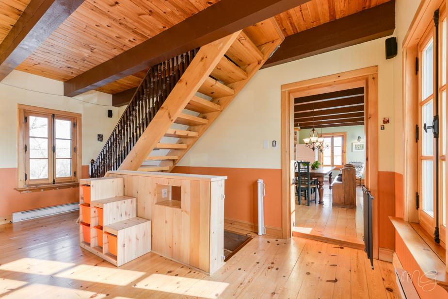 L'escalier qui mène à l'étage, vu du salon