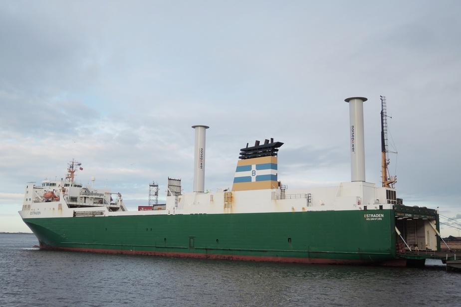 L'Estraden, muni d'une voile rotor, est un traversier pour voitures et camions de la Baltique.