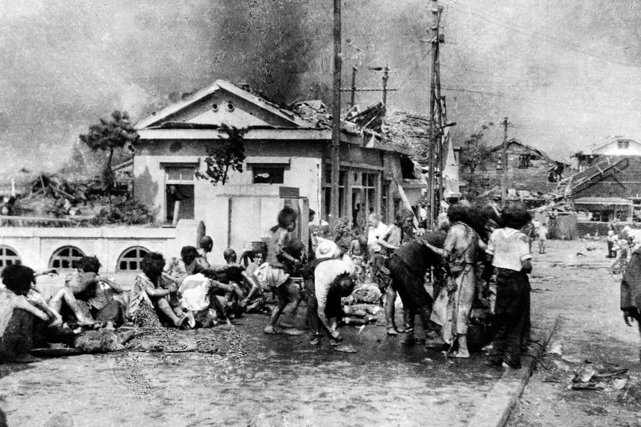Trois heures après l'explosion, des civils blessés ayant réussi à fuir la ville encaissent le choc. Plus de 70000personnes ont perdu la vie dans la tragédie d'Hiroshima.