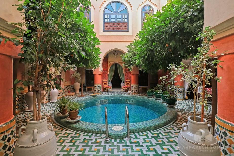 Le cœur d'un riad: la cour centrale avec ses plantes et ses aménagements aquatiques. Celle de cette propriété est particulièrement réussie.