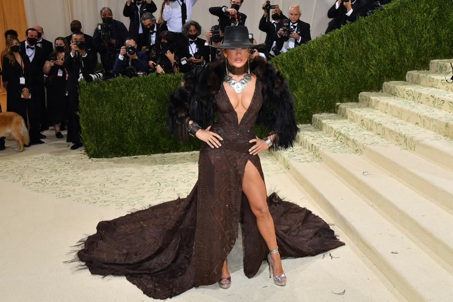 Jennifer Lopez a choisi de porter une robe du designer américain Ralph Lauren.