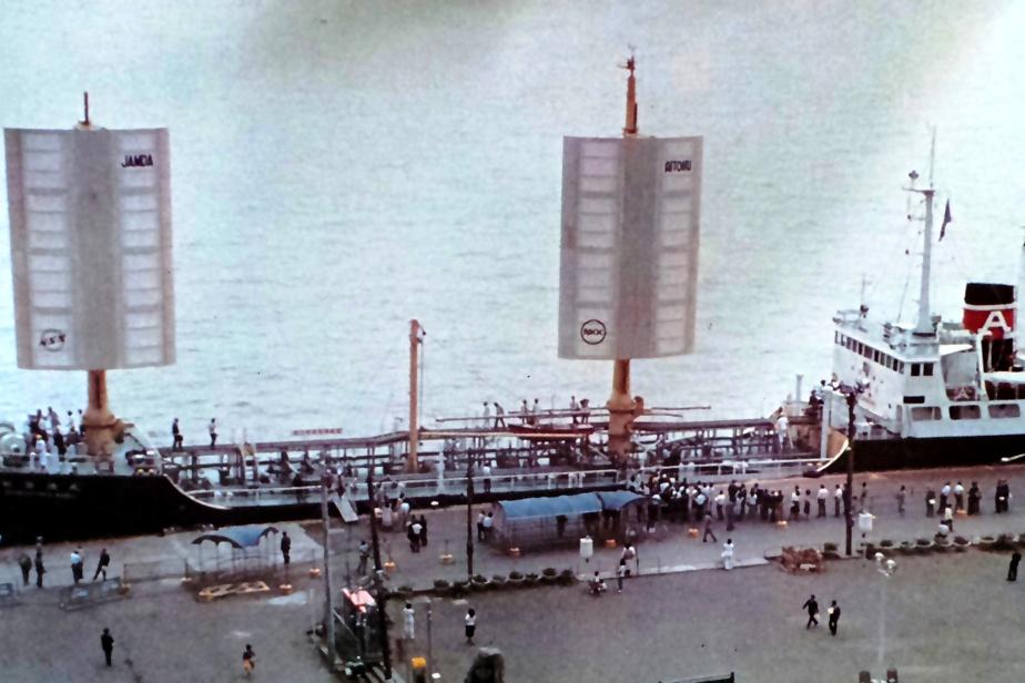 En 1980, le Japon avait testé pendant deux ans un petit navire-cargo, l'Aitoku Maru, propulsé en partie par deux voiles rigides.