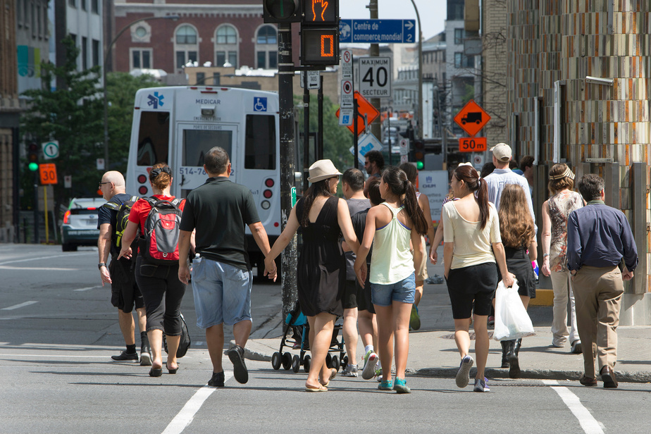 Traverser la rue diffère à Montréal et à Québec | La Presse