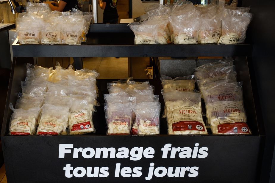 Tous les jours, en début d'après-midi, du fromage en grains frais est livré en boutique. Il est offert salé ou non salé.