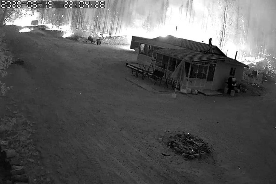 Une caméra installée au chalet de Frédéric Waltzing lui a permis de suivre l'avancée de l'incendie. Il pense que son chalet a été épargné.