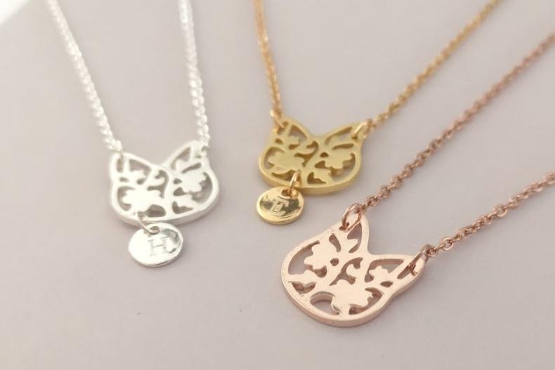 Nos amis à quatre pattes fournissent de belles idées d'inspiration pour les créateurs d'ici, qui recourent même à leur fourrure pour fabriquer des bijoux commémoratifs. Ici, les «chats fleuris» de Ronny Pop.