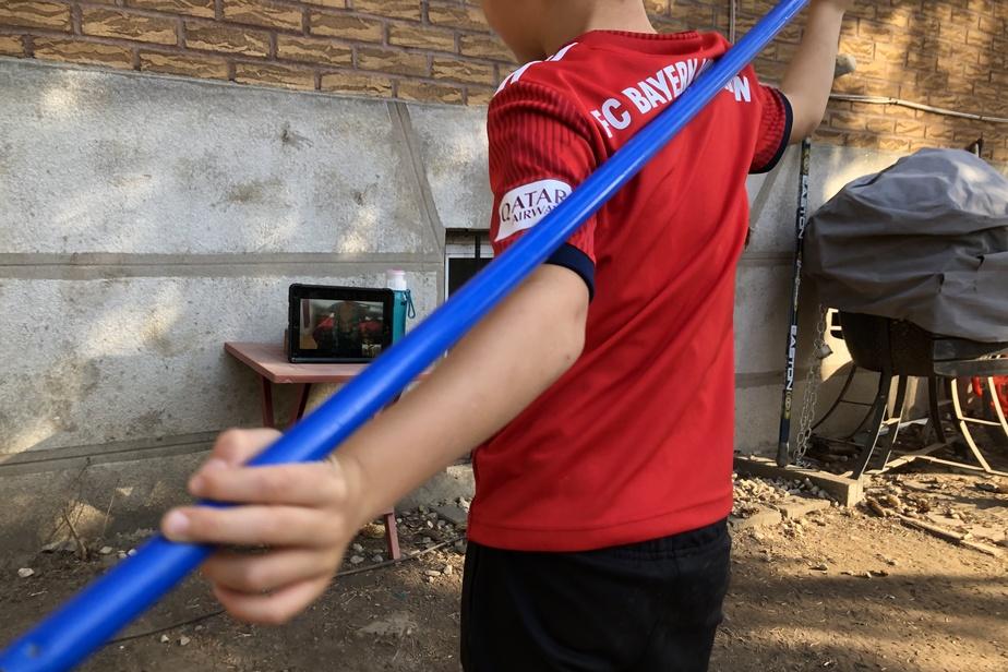 Laurent, 7ans, suit son cours d'athlétisme qui a basculé au virtuel en octobre.