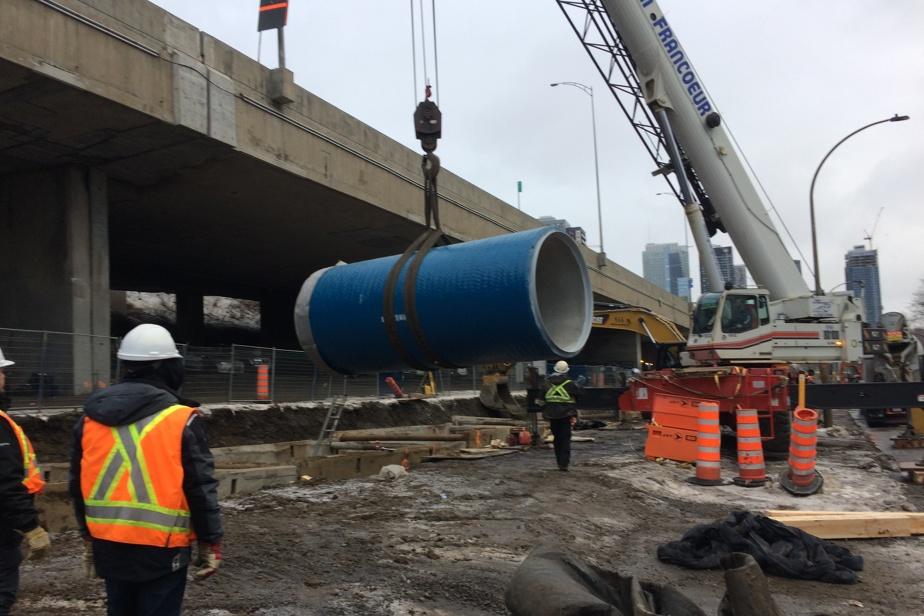 Aperçu des travaux réalisés à toute vapeur, de l'été2019 au printemps 2020, pour remplacer la conduite qui menaçait de céder, le long de l'autoroute Ville-Marie.
