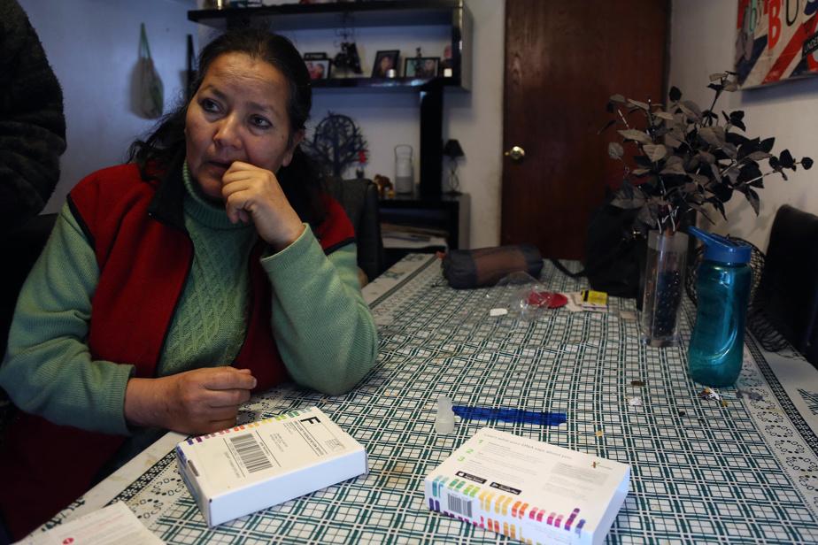 Quant à Josefina Sandoval, ici avec des tests d'ADN, elle a donné naissance à une fille à l'hôpital Paula Jaraquemada de Santiago le 24juin1980. Elle dit ne l'avoir vue que quelques instants. Des membres du personnel sont sortis de la chambre avec l'enfant pour ensuite revenir lui annoncer que le bébé était mort-né, alors qu'elle était sous sédatif. Elle n'a jamais pu voir le corps et on ne lui a remis aucun certificat de décès.