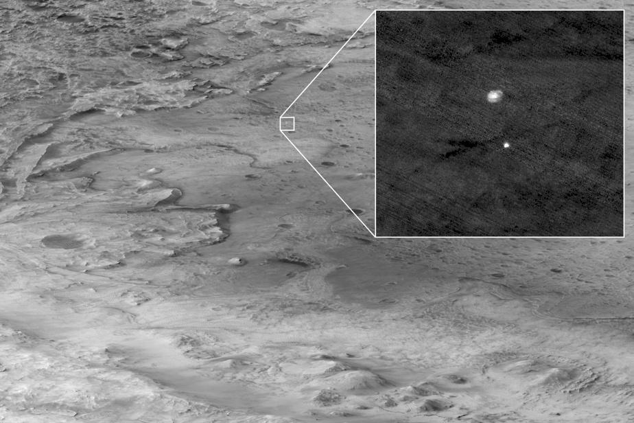 La plateforme de descente, qui contient l'astromobile Perseverance, en chute libre dans l'atmosphère de Mars, attachée à son parachute. L'image a été captée par l'orbiteur de Mars, Reconnaissance.