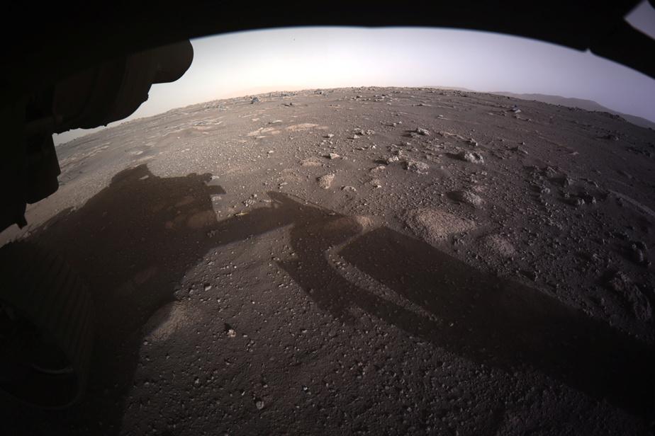 La première image haute résolution prise par les «Hazard Cameras» (Hazcams), situées sous l'astromobile Perseverance, après son atterrissage sur Mars.