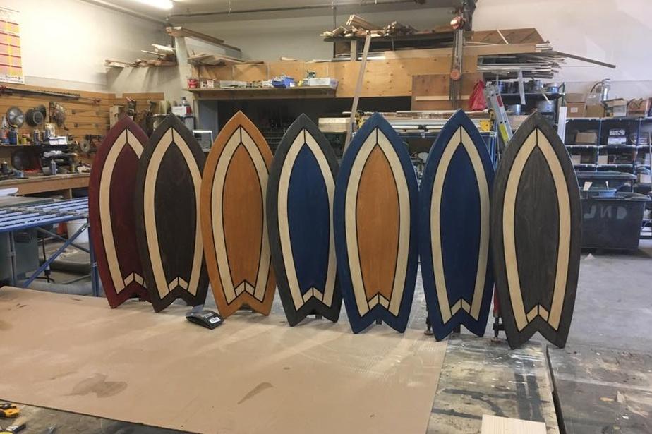 Des planches d'équilibre fabriquées par Junior Dubois dans son atelier-entrepôt à La Prairie