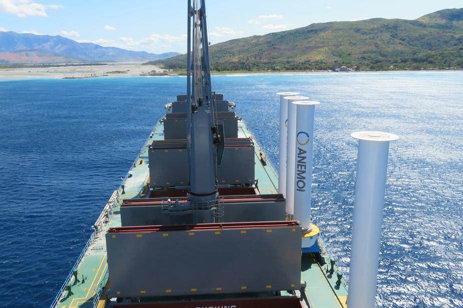 Le MV Afros, muni d'une voile rotor, est un cargo de la côte pacifique de l'Amérique du Sud.