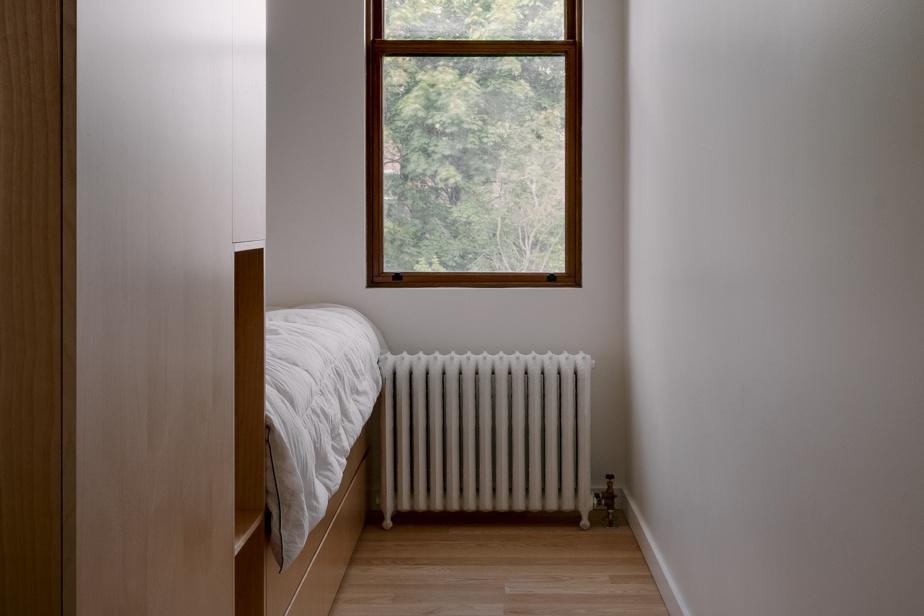 Un lit dans l'une des chambres d'enfant. Du mobilier intégré a permis de récupérer l'espace qui aurait autrement dû être consacré à des garde-robes.