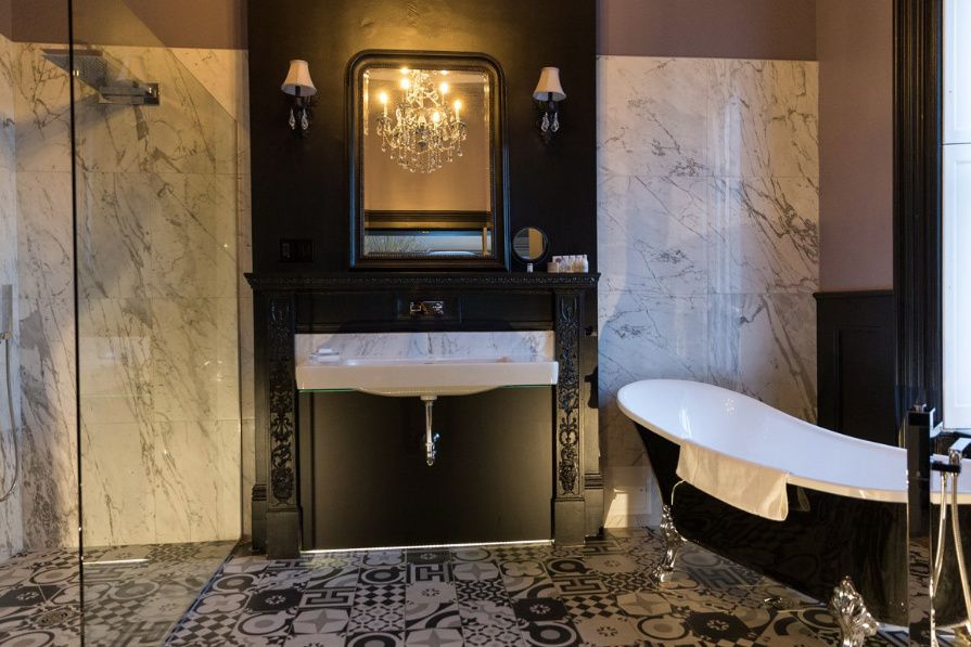 Ce bain sur pattes d'une des chambres thématiques de l'hôtel Fleur de lys, à Québec, a une vue sur le Château Frontenac.
