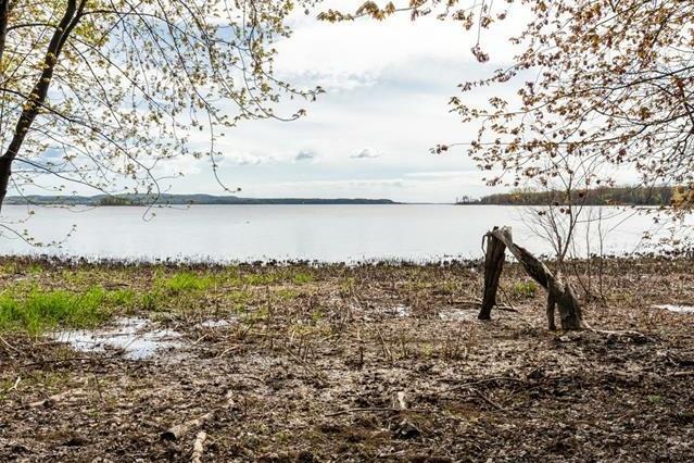 Le terrain au bord de l'eau sur lequel il y a un droit de passage