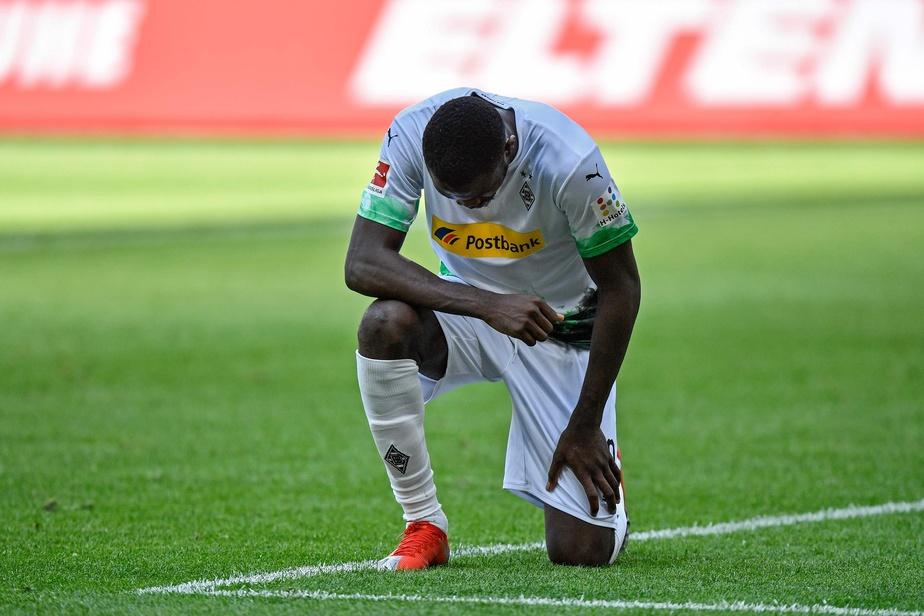 Bundesliga: Marcus Thuram, double buteur, un genou à terre en hommage