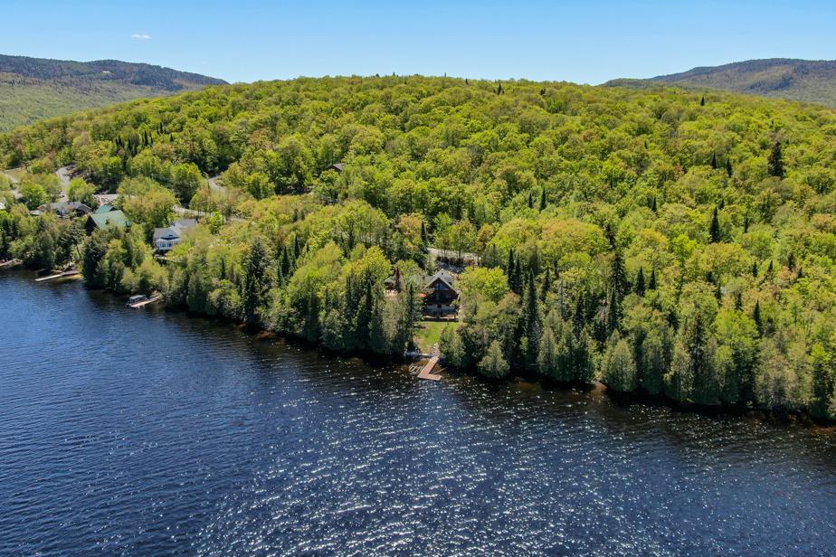 Normand Fauteux a acheté son chalet de rêve en bois au bord d'un lac à Saint-Donat. Pour lui et sa femme, c'est un aboutissement après avoir travaillé avec acharnement toute leur vie.
