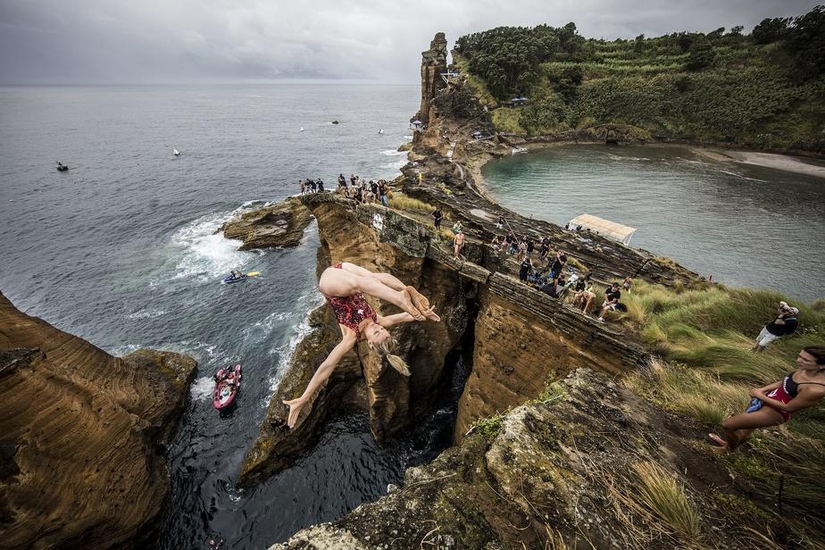Lysanne Richard plonge d'une hauteur de 20mètres, lors des Red Bull Cliff Diving World Series, aux Açores en juillet2015.