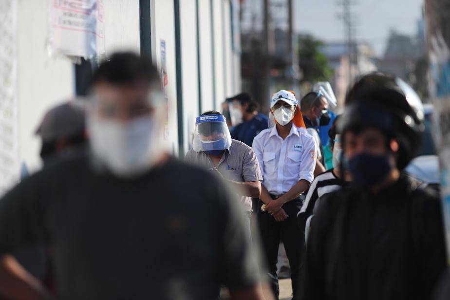 Ce scrutin particulièrement incertain a lieu alors que le pays a connu sa semaine la plus meurtrière en 13mois de pandémie, avec un record de 384morts samedi, le double de la moyenne quotidienne des 10dernières semaines.