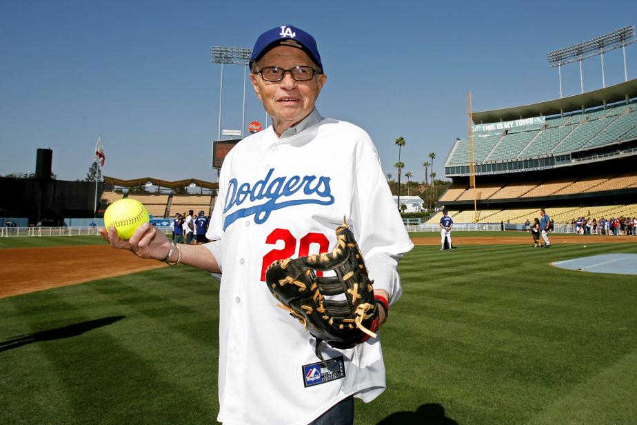 Supporter inconditionnel des Dodgers de Los Angeles, Larry King pose dans leur tenue en juillet2009 au Dodger Stadium de Los Angeles.