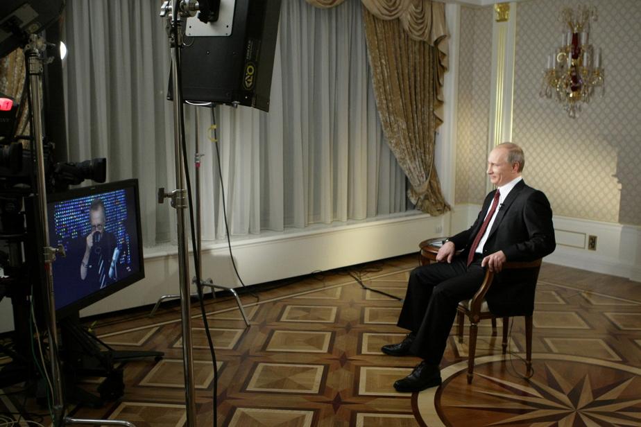 Larry King en entrevue à distance avec le président de la Russie, Vladimir Poutine, en novembre2010