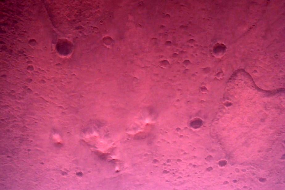 Les images des caméras haute définition à bord du vaisseau spatial commencent à 11kilomètres au-dessus de la surface.